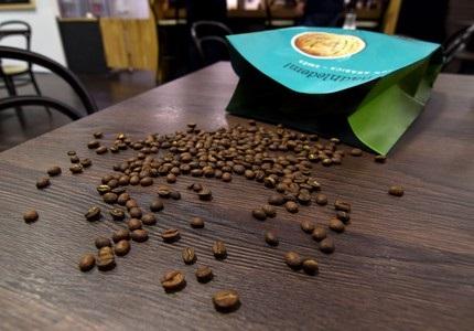 Detail zrn kávy AlzaCafé a obal