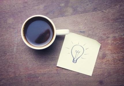 Idea AlzaCafé vedle šálku s kávou