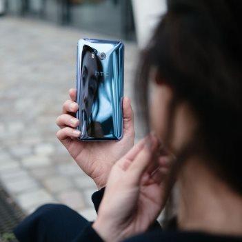 Tělo telefonu se podmanivě leskne