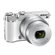 Nikon 1 J5 bílý + objektiv 10-30mm - Digitální fotoaparát